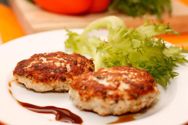 Котлеты ручной лепки из мяса домашней птицы с вкусной и аппетитной начинкой из ветчины и сыра. Вкусное, питательное и ..