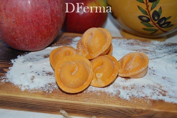 Домашние вареники с яблоками ручной лепки    Вареники с яблоками – это одновременно и основное блюдо, которое насытит,..