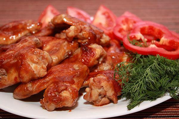 """Куриные крылья """"барбекю"""" - идеальная пикантная закуска к легким прохладительным напиткам. Отборные свежие крылья средн.."""