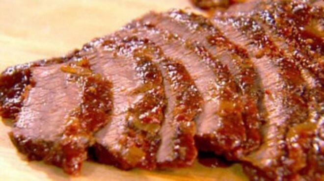 Купить вырезку говяжью для запекания Специально подготовленный кусок мяса вырезка молодого бычка, который можно достат..