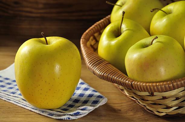 Яблоки Голден По популярности среди фруктов в нашей стране первое место занимают яблоки Голден, благодаря своим вкусов..