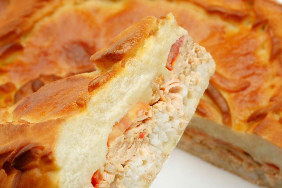 Пирог с семгой и рисом  Пирог, в состав которого входят овощи (помидор и лук), рис и семга – превосходно подходит для ..