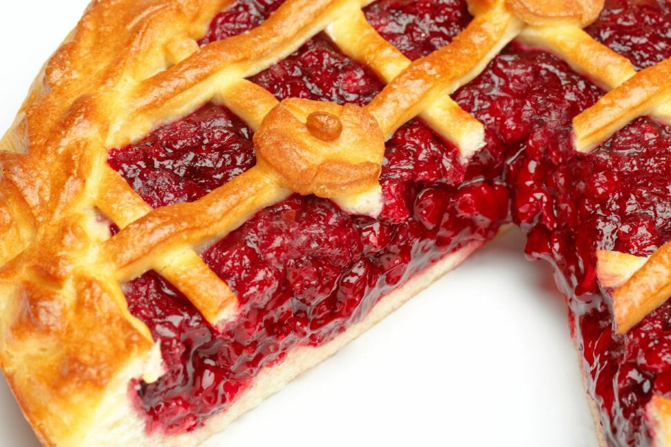 Пирог с брусникой  Попробуйте сладкий пирог с полезной ягодой брусникой. Очень вкусный, начинки более чем достаточно. ..