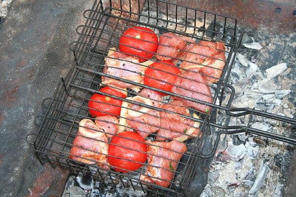 Мякоть постной свинины, нарезанная небольшими кусочками. Добавляется соль, перец, репчатый лук, нарезанный кольцами, и..